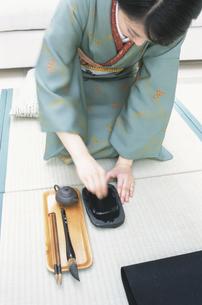 墨をする着物女性 FYI01119961