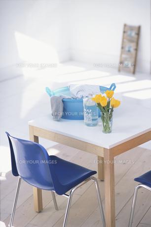 ランドリーの白テーブルと小物 FYI01120476