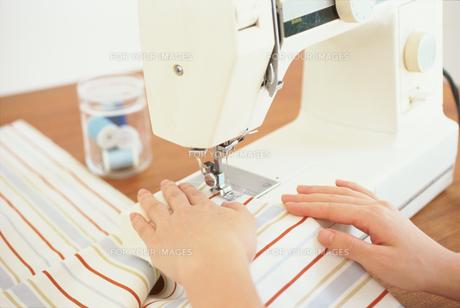 ミシンを掛ける女性の手元 FYI01121206