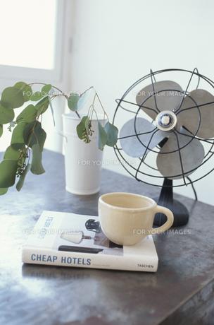 扇風機とコーヒーカップ FYI01121569