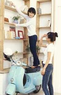 スクーターと棚と女性 FYI01121989