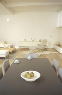 ダイニングテーブルとリビングルーム FYI01122353