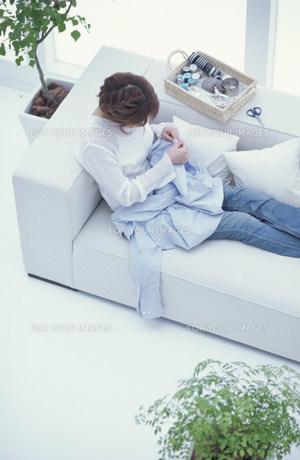 ソファに座って裁縫をする女性 俯瞰 FYI01122414