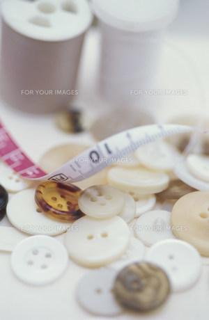 ボタンとミシン糸とメジャー FYI01122421