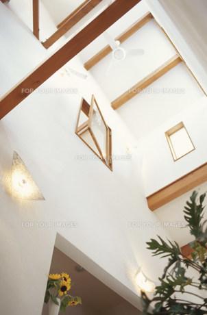 吹き抜けの天井と開いた窓 FYI01122437