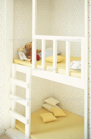 ヌイグルミやクッションのある子供用ベッド FYI01122582
