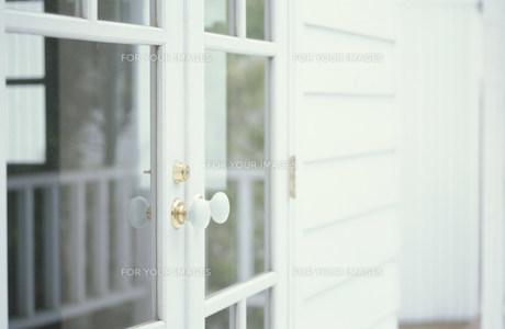 白枠のガラス戸 FYI01122659