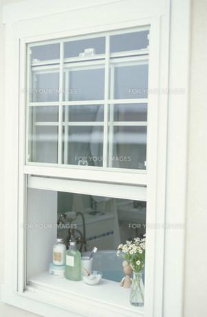 窓辺に置かれた花とバス小物 FYI01122661