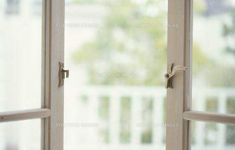 開けられたベージュ枠の窓 FYI01122682