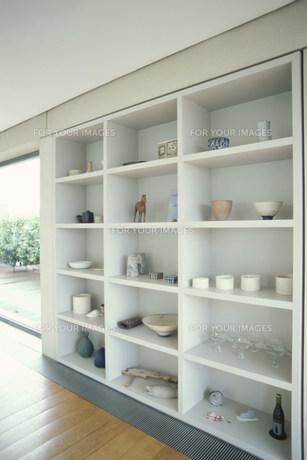 グラスや陶器を置いた棚 FYI01122696