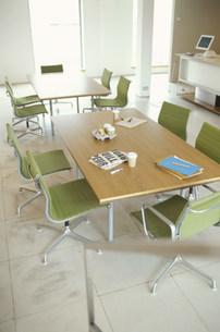 ノートや飲み物が置かれたミーティングテーブル FYI01122813