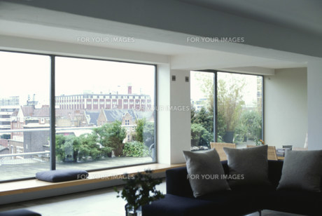 リビングの窓から見える風景 FYI01122839