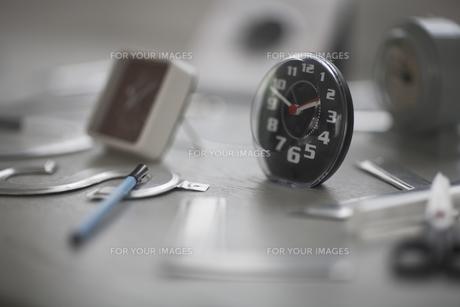 机の上の沢山の置時計 FYI01123385
