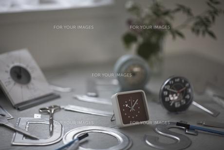 机の上の沢山の置時計 FYI01123518