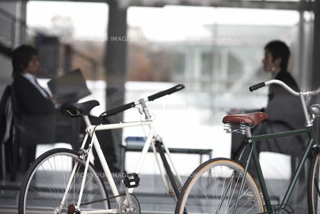 窓越しで会話しているビジネスマン2人の素材 [FYI01124035]