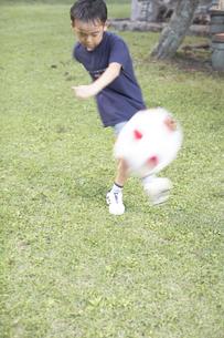 サッカーをする男の子 FYI01126172