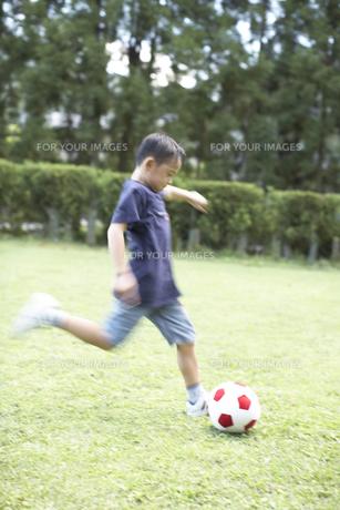 サッカーをする男の子 FYI01126250