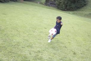 サッカーをする男の子 FYI01126334