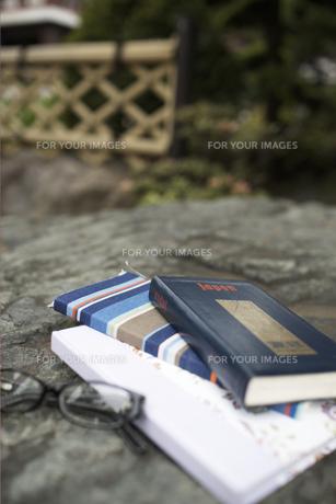 石の上の本と眼鏡 FYI01128465