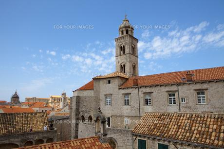 城塞から見たドミニコ会修道院周辺旧市街と観光客 FYI01132309
