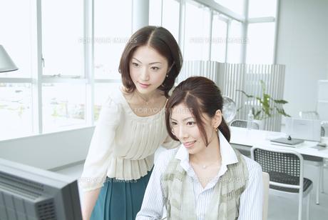 オフィスで働く日本人女性2人 FYI01137569