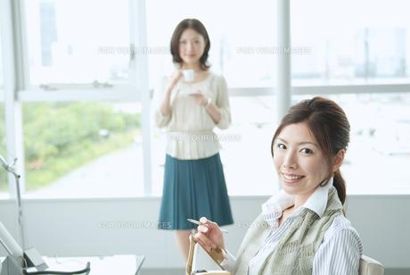 オフィスで働く日本人女性 FYI01137650