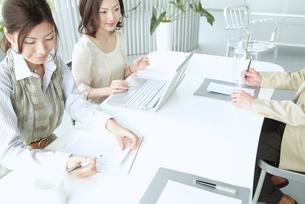 オフィスで働くビジネスマンとビジネスウーマン FYI01137667