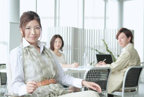 オフィスで働くビジネスマンとビジネスウーマン FYI01137707