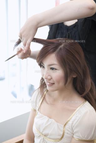 美容室で髪を切る20代女性 FYI01138171