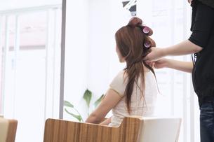 美容室でカーラーを巻く20代女性 FYI01138178