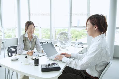 オフィスで働くビジネスマンとビジネスウーマン FYI01138252