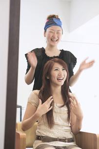 美容師と20代女性 FYI01139244