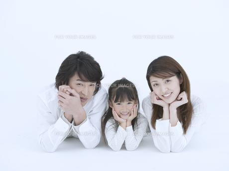 頬杖をつく日本人家族 Fyi01139819 気軽に使える写真イラスト素材