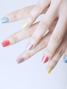 カラフルなマニキュアをした女性の指先 FYI01140292