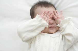 両目をこする赤ちゃん FYI01142621