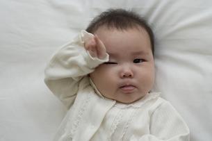 片目をこする赤ちゃん FYI01142678