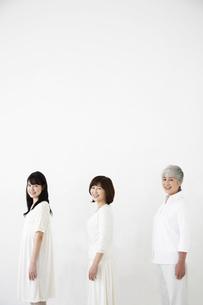 横向きの女性3世代親子 FYI01143080