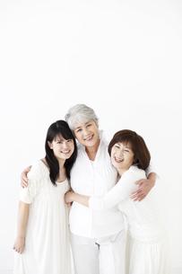 抱き合う女性3世代 FYI01143117