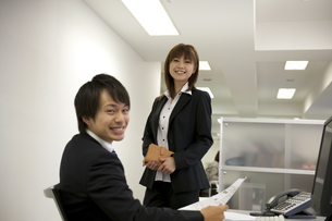 オフィスで仕事をするビジネスマンとOL FYI01143787