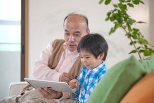ソファに座るおじいちゃんと男の子 FYI01143814