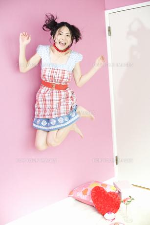 ジャンプする女性 FYI01143819