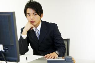 仕事中のビジネスマン FYI01143869