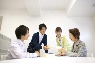 ビジネスマン達のミーティング風景 FYI01143922