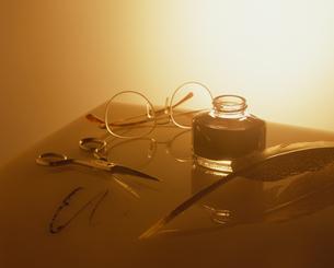 ハサミとメガネと羽根ペン FYI01144023