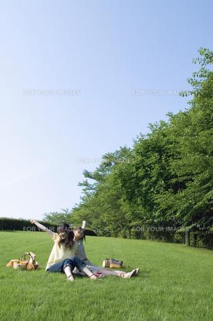 草原でピクニックをする女性2人の素材 [FYI01144029]