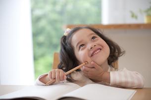 勉強をする女の子の素材 [FYI01144043]