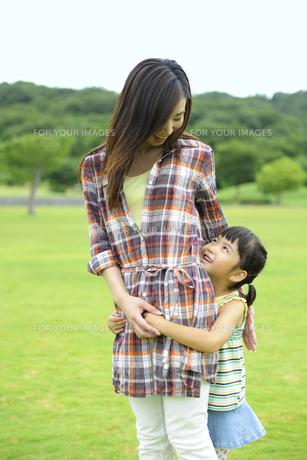 母に抱きつく娘 FYI01144153