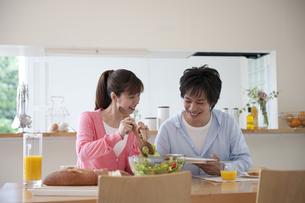 ダイニングテーブルで食事をするカップル FYI01144172