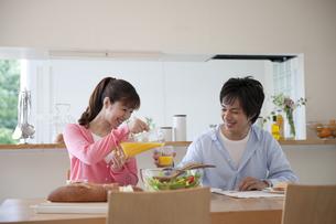 ダイニングテーブルで食事をするカップルの素材 [FYI01144257]