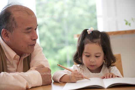 勉強をする女の子と教えるおじいちゃんの素材 [FYI01144567]